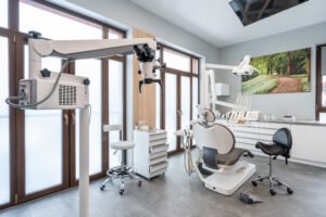 Mikroskop i fotel stomatologiczny